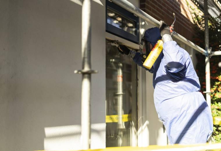 het verwijderen van asbest bij het kozijn